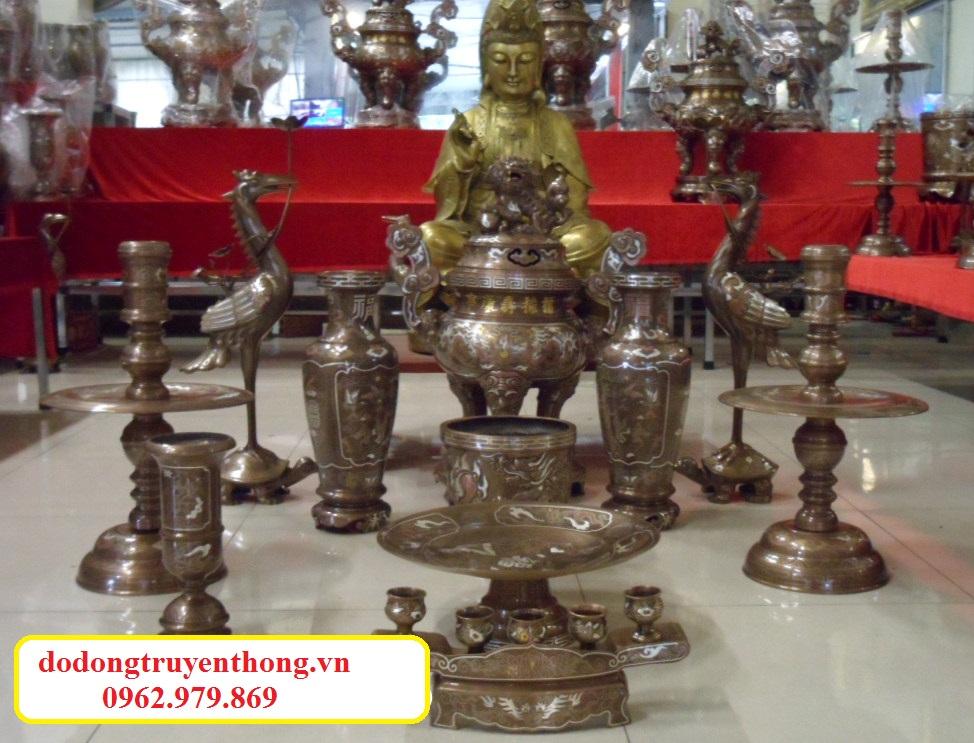 Bàn thờ 1,5m được nhiều gia đình người việt sử dụng bày bộ đỉnh đồng khảm ngũ sắc,đúc bằng đồng nguyên chất.