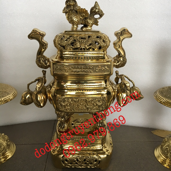 Lư vuông quả đào cao 48 cm đúc bằng đồng vàng nguyên chất cho ra sản phẩm đồ thờ tinh xảo